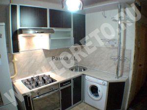 Маленькая угловая кухня с барной стойкой и стиральной машиной фото 5