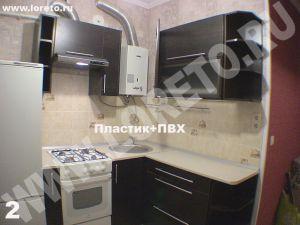 Маленькая кухня с газовой колонкой и холодильником фото 61