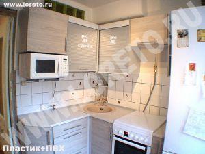Угловая маленькая кухня с холодильником фото 63