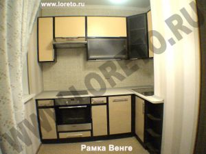 Дизайн встроенной кухни 8 кв. м с вентиляционным выступом фото 31